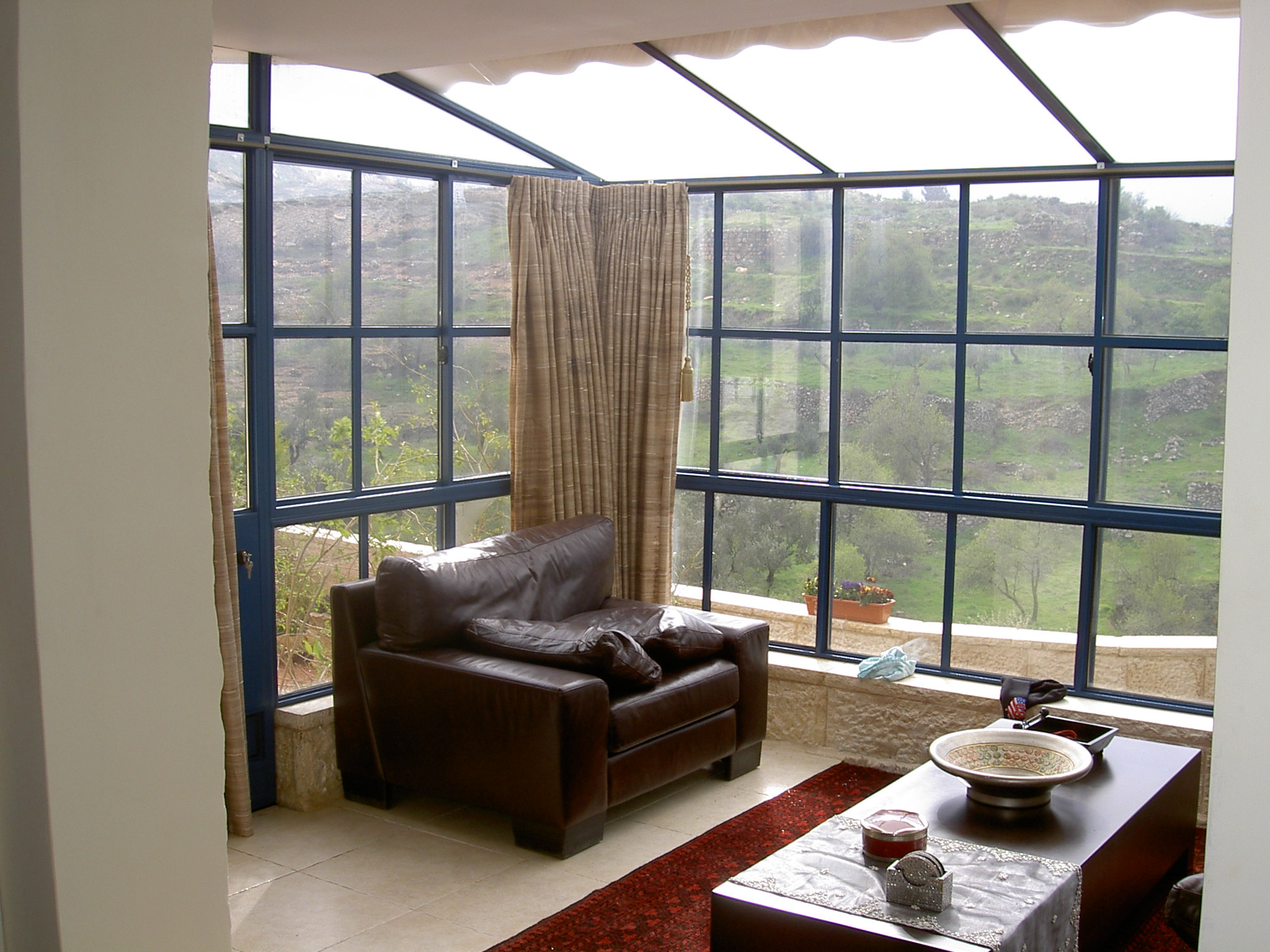 גג קבוע מזכוכית חלבית בשילוב חלונות בלגיים